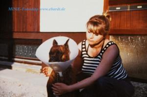 Unsere Boxer Hündin Dina , so ca. 1981/82. Hier mit meiner Schwester. Der Hündin musst damals ein Schranktürverschluss operativ entfernt werden, deshalb der Kragen.